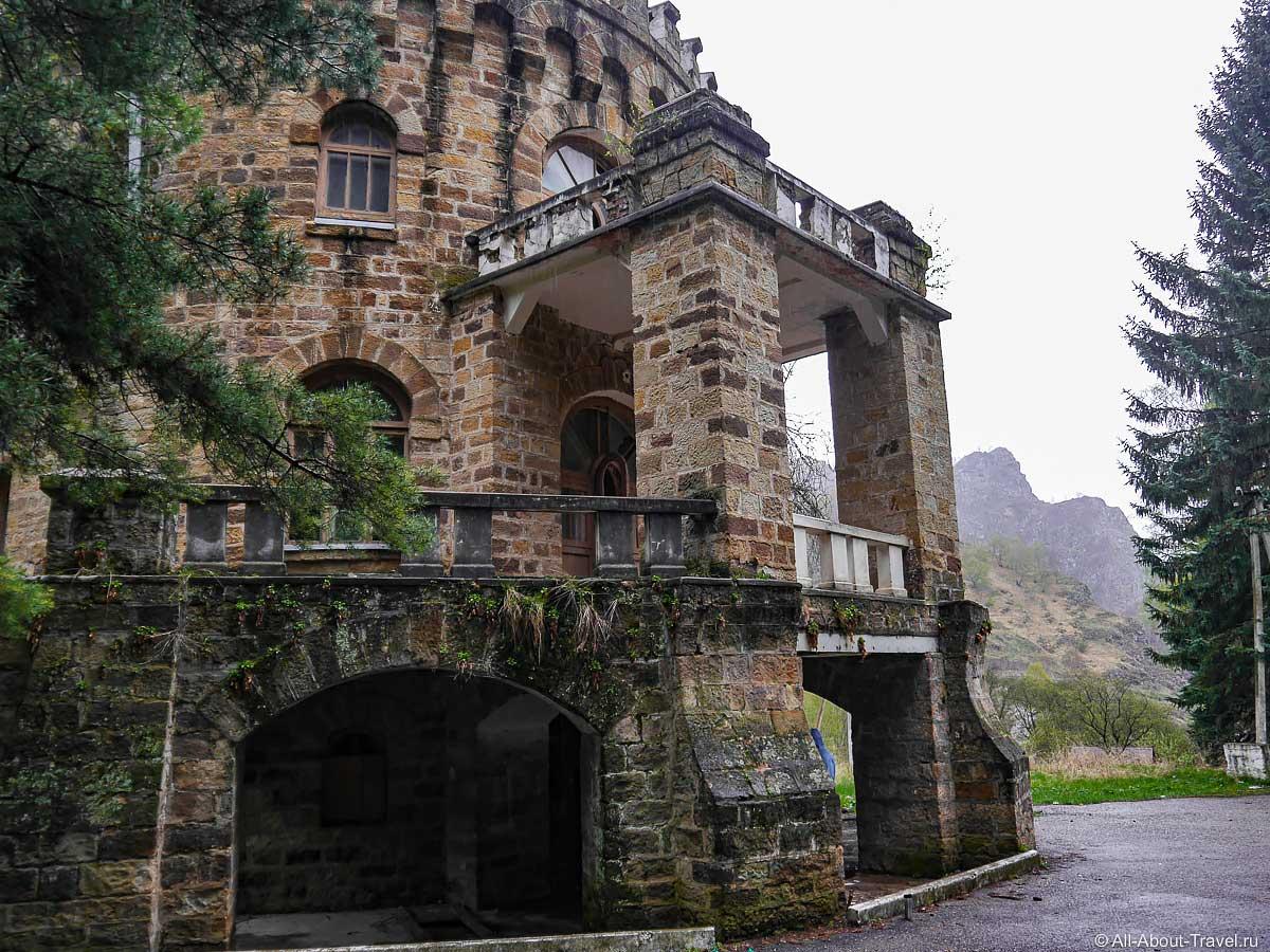 Заброшенный замок бывший санаторий в долине Нарзанов